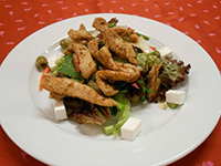 Görög csirkecsíkok fetás olivás salátával