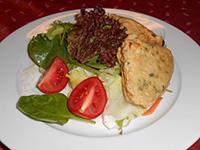 Fűszerkéregben sült házi sajt joghurtos vitamin salátával