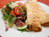 Csirkés tortilla tekercs balzsamos friss salátával