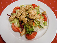 Dijoni mustáros pulykacsíkok rokfortos salátával