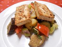 Grillezett zöldfűszeres tofu provancei zöldségekkel