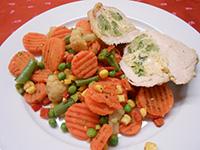 Sajtos brokkolival töltött csirkemell párolt zöldségekkel