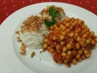 Indiai paradicsomos csicseriborsó sült hagymás rizzsel