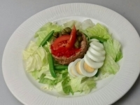 Tonhal saláta főtt tojással, capribogyóval, citrommal
