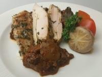 Zöldfűszeres sous vide csirkemell könnyű Svéd gombasalátával