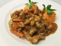Barnasörös zöldséges sovány sertésragu sütőtökpürével