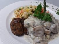 Zürichi(joghurtos,fehérboros,gombás)csirkemáj zöldséges bulg