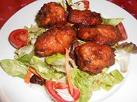 Csípős ropogós csirkeszárnyak friss ezersziget salátával