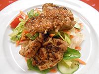 Barna sörben pácolt csirkecombfilé vineigrettes salátával