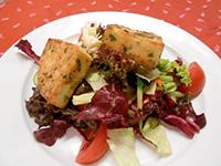 Grillezett fűszeres gomolya, joghurtos kapros vitaminsaláta