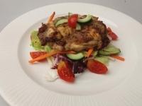Cézár pácban érlelt csirkecomb filé, balzsamos kevert saláta