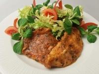 Medvehagymás grillezett csirkemell, kapros joghurtos saláta