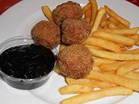 Svéd húsgolyók áfonyával és sült burgonyával
