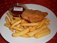 Rántott csirkemell hasábburgonyával és ketchuppal