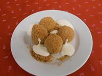 Túrótöltelékes gombóc vajas morzsával és édes tejföllel