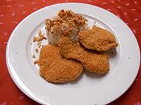 Csirkemell kentucky bundában ropogós sülthagymás rizzsel