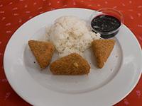 Diós bundában sült camembert rizzsel